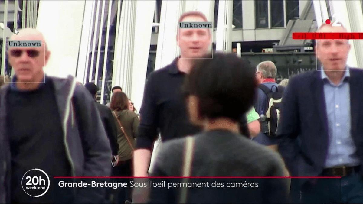 Capture caméra de personne se baladant dans la rue